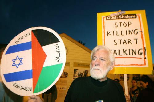 زعيم كتلة «السلام الآن» أوري أفنيري خلال تظاهرة احتجاج أمام وزارة الدفاع الإسرائيلية أمس (أ ف ب)