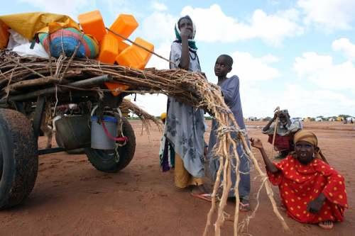 عائلة صومالية تنتظر إجلاءها من منطقة الخطر الفيضاني الجمعة الماضي (رويترز)