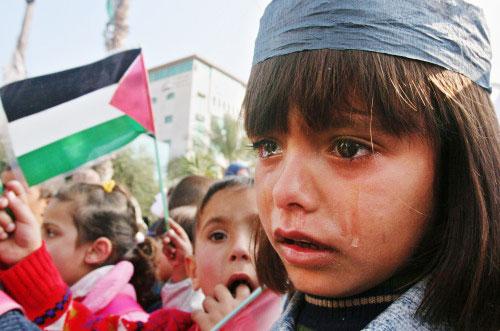 فتاة فلسطينيّة تبكي خلال احتجاج على استشهاد أطفال بهاء بلعوشة في غزّة أمس (أ ب)