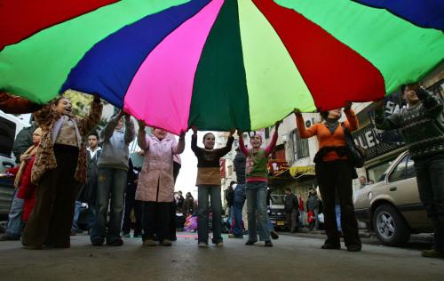 أطفال فلسطينيّون يشاركون في نشاطات للدعوة إلى إيقاف الاقتتال بين فتح وحماس في رام الله أمس (أ ب)