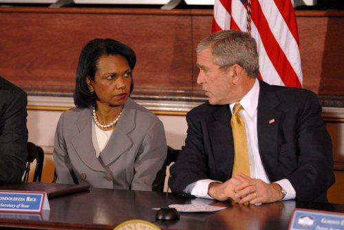 بوش ورايس خلال لقاء حول إعادة الإعمار في العراق في واشنطن أوّل من أمس (إي بي أي)