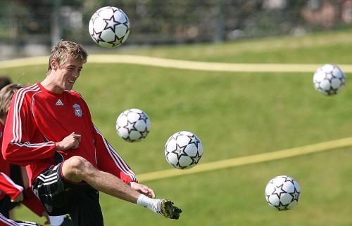مهاجم ليفربول بيتر كراوتش خلال استعدادات فريقه لمواجهة تشلسي (مارتن ريكيت ـ أ ب)