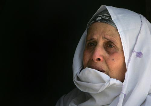 قريبة أحد الشهداء الفلسطينيين خلال تشييعه في مخيم البريج وسط غزة أمس (محمود حمس - أ ف ب)
