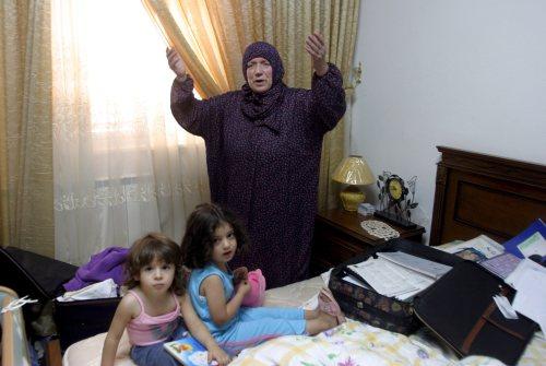 """فلسطينية تشتكي بعد مداهمة جنود إسرائيليين منزلها لالقاء القبض على عنصر من """"حماس"""" في الخليل أمس (عبد الحفيظ هشلمون - إي بي أي)"""