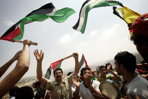 فلسطينيون فرحون بقرار المحكمة أمس(اميليو موريناتي - أ ب)