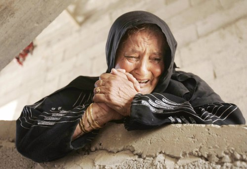 فلسطينية تنتحب خلال تشييع أحد شهداء غزة أمس (إبراهيم أبو مصطفى ــ رويترز)
