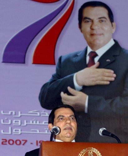 زين العابدين بن علي يلقي خطابه في تونس أمس (إي بي أي)