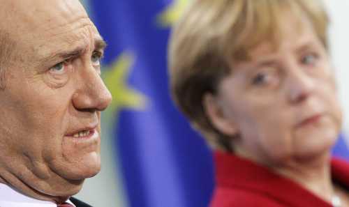 أولمرت وميركل في برلين أمس (هنيبعل هانشكي - رويترز)