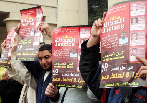 أعضاء في «إخوان» مصر يتظاهرون ضدّ الاعتقالات التي تطال قياديّيهم في القاهرة أوّل من أمس (أ ب)