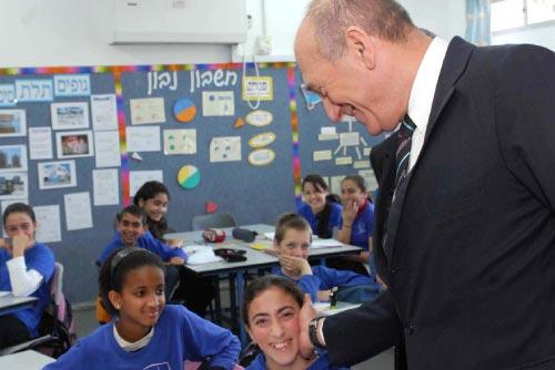 أولمرت يزور طلاب مدرسة في عسقلان التي قُصِفَت بصاروخين أمس (أ ف ب)