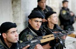 عناصر من أمن السلطة الفلسطينيّة خلال المواجهات في قباطيا قرب جنين أول من أمس (سيف دحلح ـ أ ف ب)