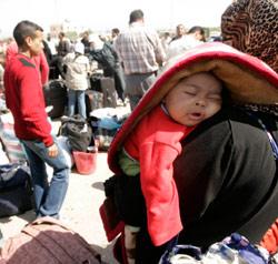 فلسطينيّون ينتظرون على معبر رفح للدخول إلى الأراضي المصريّة أمس (إبراهيم أبو مصطفى ـــ رويترز)