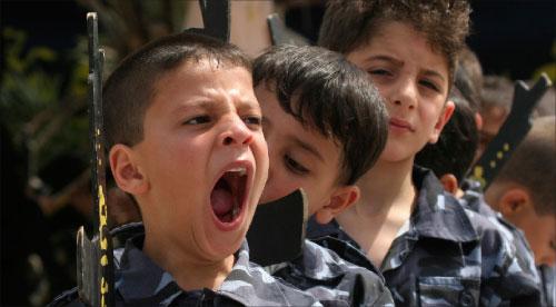 طفل فلسطيني يتثاءب خلال تظاهرة شبه عسكريّة لـ«الجهاد الإسلامي» في ذكرى النكبة في غزّة أمس (عادل هنا ـــ أ ب)