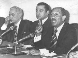 مصطفى خليل إلى يمين مبارك والسادات (أرشيف ـ الأخبار)