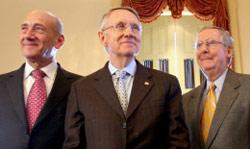 أولمرت مع السيناتورين هاري ريد (إلى اليسار) وميتش ماكونيل في واشنطن الأسبوع الماضي (لورن بورك ــ أ ب)