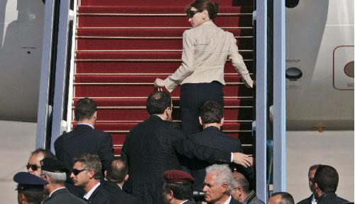رجال أمن إسرائيليّون يستعجلون ساركوزي وزوجته للصعود إلى طائرتهما في مطار بن غوريون أمس (دان باليتي ـــ أ ب)