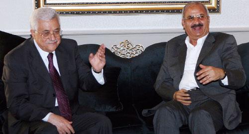 عبّاس خلال لقائه ممثّل الجبهة الشعبيّة ـ القيادة العامّة طلال ناجي في دمشق أمس (باسم تلاوي ـــ أ ب)
