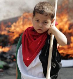 طفل يتظاهر في عين الحلوة يوم الأحد الماضي (محمود زيات ــ أ ف ب)