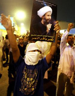 خلال تظاهرة في القطيف (رويترز)