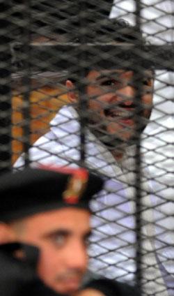 ناشط مصري خلال محاكمته أمس  في القاهرة (أ ف ب)