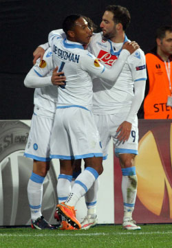 لاعبو نابولي يحتفلون بأهدافهم في مرمى طرابزون سبور (أ ف ب)