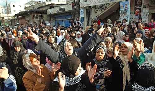 فلسطينيات خلال تظاهرة في مخيّم عين الحلوة في جنوب لبنان أمس (محمود زيّات ـ أ ف ب