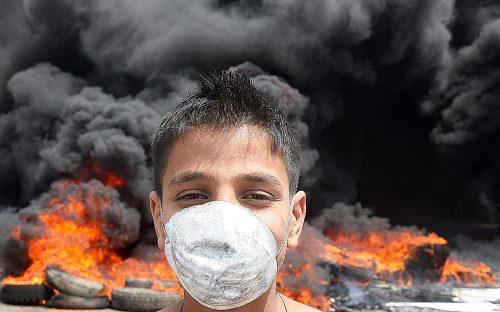 إحراق دواليب على طريق المطار أمس (هيثم الموسوي)