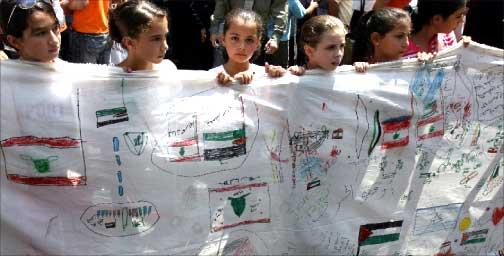 أطفال فلسطينيون يشاركون في تظاهرات في غزة أمس عقب اعلان وقف اطلاق النا