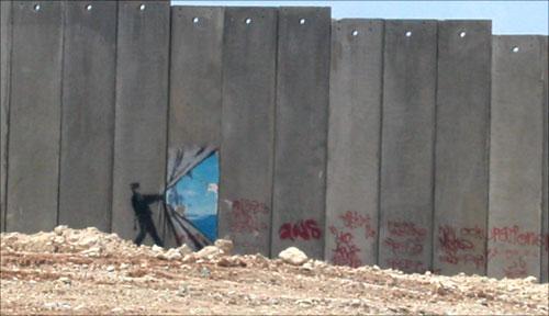 رسوم سوريالية على الجدار