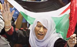 إمرأة فلسطينية تشارك في تظاهرة القوات الأمنية في غزة أمس (أب)