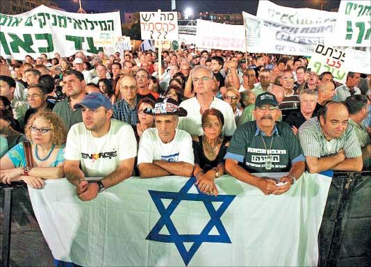 الاف الاسرائيليين يتظاهرون للمطالبة بلجنة تحقيق مستقلة في الحرب على لبنان في تل ابيب اول من أمس (رويترز)