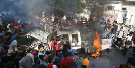 سيارة مرافقة لهنية تحترق في غزة بعد تعرض موكبه لإطلاق نار أمس (أ ف ب)