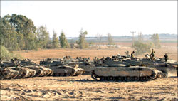 دبابات إسرائيلية على أطراف قطاع غزة أمس (رويترز)