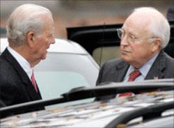 بيكر ونائب الرئيس الأميركي ديك تشيني يغادران البيت الأبيض في 13 تشرين الثاني الماضي (أرشيف - أ ب)