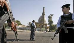 رجال شرطة عراقيون يقومون بدورية في وسط بغداد (أ ف ب)
