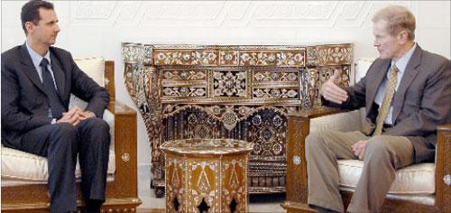 الأسد مستقبلاً السيناتور الأميريكي بيل نيلسون في قصر الشّعب في دمشق أمس (أ ف ب)