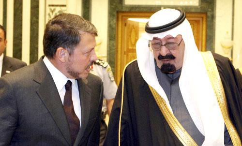 الملك عبدالله بن عبدالعزيز يرحّب بنظيره الأردني عبدالله الثاني في مطار الرياض أمس (رويترز)
