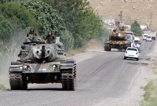 دبابتان تركيتان في تدريبات قرب الحدود العراقية أمس (عثمان أورسال -رويترز)
