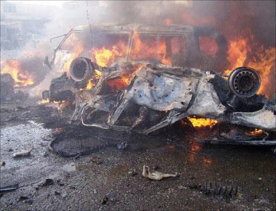 حريق في مركبة نتيجة هجوم إنتحاري في جنوب بغداد أول من أمس (سترينغر - رويترز)