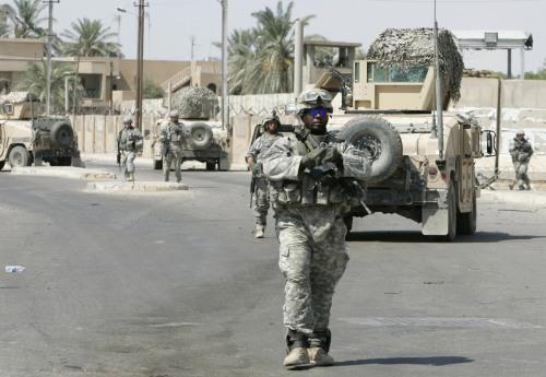 جنود أميركيون بعد انفجار سيارة في بغداد أمس (محمود رؤوف محمود - رويترز)
