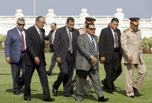 مبارك قبل لقائه بلير في الاسكندرية أمس (ناصر نوري - رويترز)