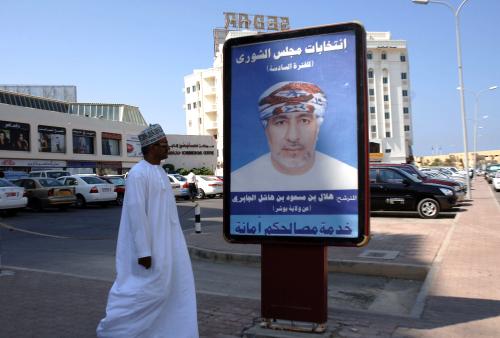 عماني يمرّ بمحاذاة صورة مرشّح لانتخابات مجلس الشورى في مسقط الثلاثاء الماضي (محمود محجوب ـ أ ف ب)