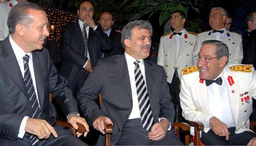 غول يتوسّط أردوغان ورئيس أركان الجيش يسار بويوكانيت (أرشيف ـ أب)