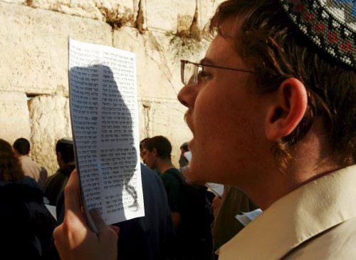 يهودي متطرّف يصلّي لفشل مؤتمر أنابوليس في غرب القدس المحتلّة أول من أمس (إي بي أي)