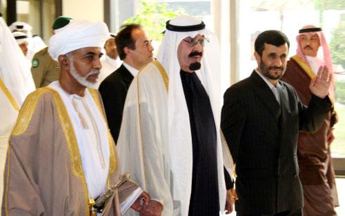 الملك عبد الله يتوسّط نجاد والسلطان قابوس قبيل القمّة في الدوحة أمس (عبد الباسط ـ أ ب)