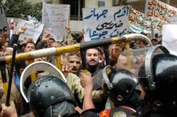 مواجهات بين الموظّفين المصريين والشرطة خلال تظاهرتهم في القاهرة أمس (أحمد ياسين ـ أ ب)
