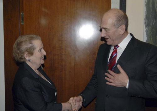 أولمرت يستقبل وزيرة الخارجية الأميركية السابقة مادلين أولبرايت أمس (عاموس بن غرشوم ـ رويترز)