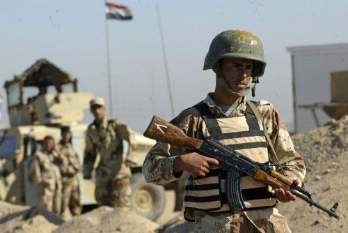 جندي عراقي عند حاجز تفتيش في البصرة جنوب بغداد أمس (عاطف حسن ـ رويترز)