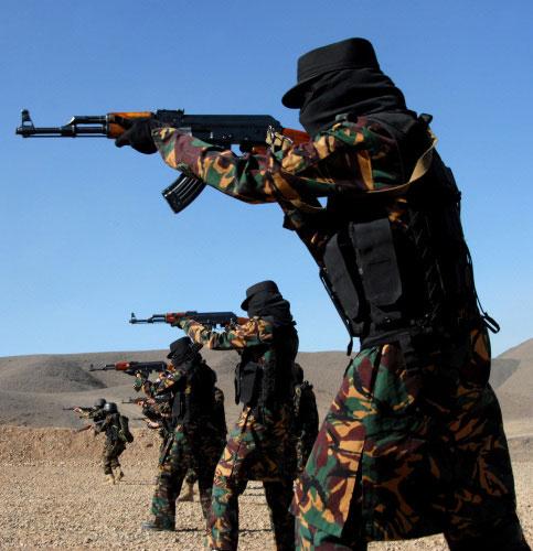 يمنيّات من فرقة «مكافحة الإرهاب» يتدرّبن في ضواحي صنعاء قبل أيّام (خالد فزّاع ـ أ ف ب)