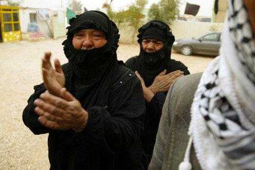 عراقيّتان تندبان قتلى الإسكندريّة في النجف أمس (قاسم زين ـ أ ف ب)
